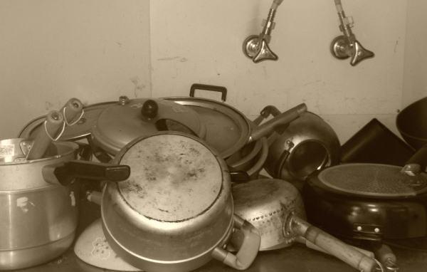 大家族の台所の鍋