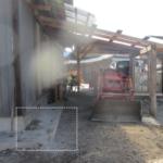 ハンマーでぶっ壊した家の四隅のコンクリートを直す爺さん(78歳)