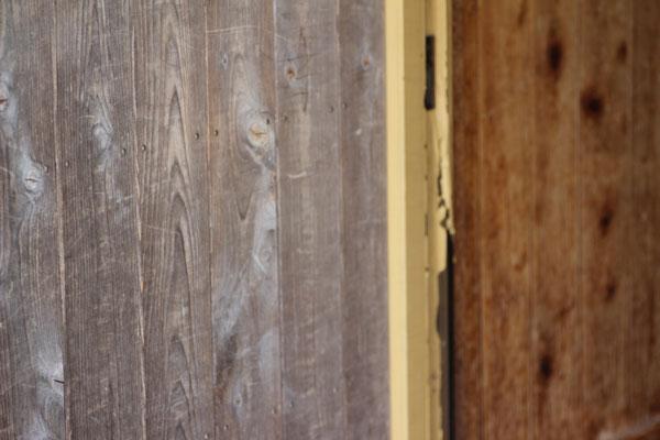玄関の塗装がはがれる