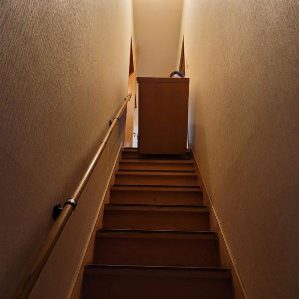 階段からタンスをおろす
