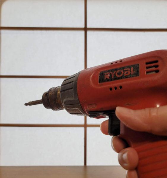 ピストルや鉄砲みたいに構えてスイッチを押す